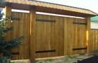 Уличные распашные ворота из дерева
