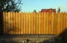 Уличные откатные ворота из деревянного штакетника